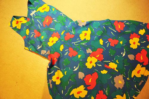 ジバ綺麗なブルーに鮮やかなお花が散りばめられています。 まるで水面の上にお花が浮かんでいるよう...。 <a href=